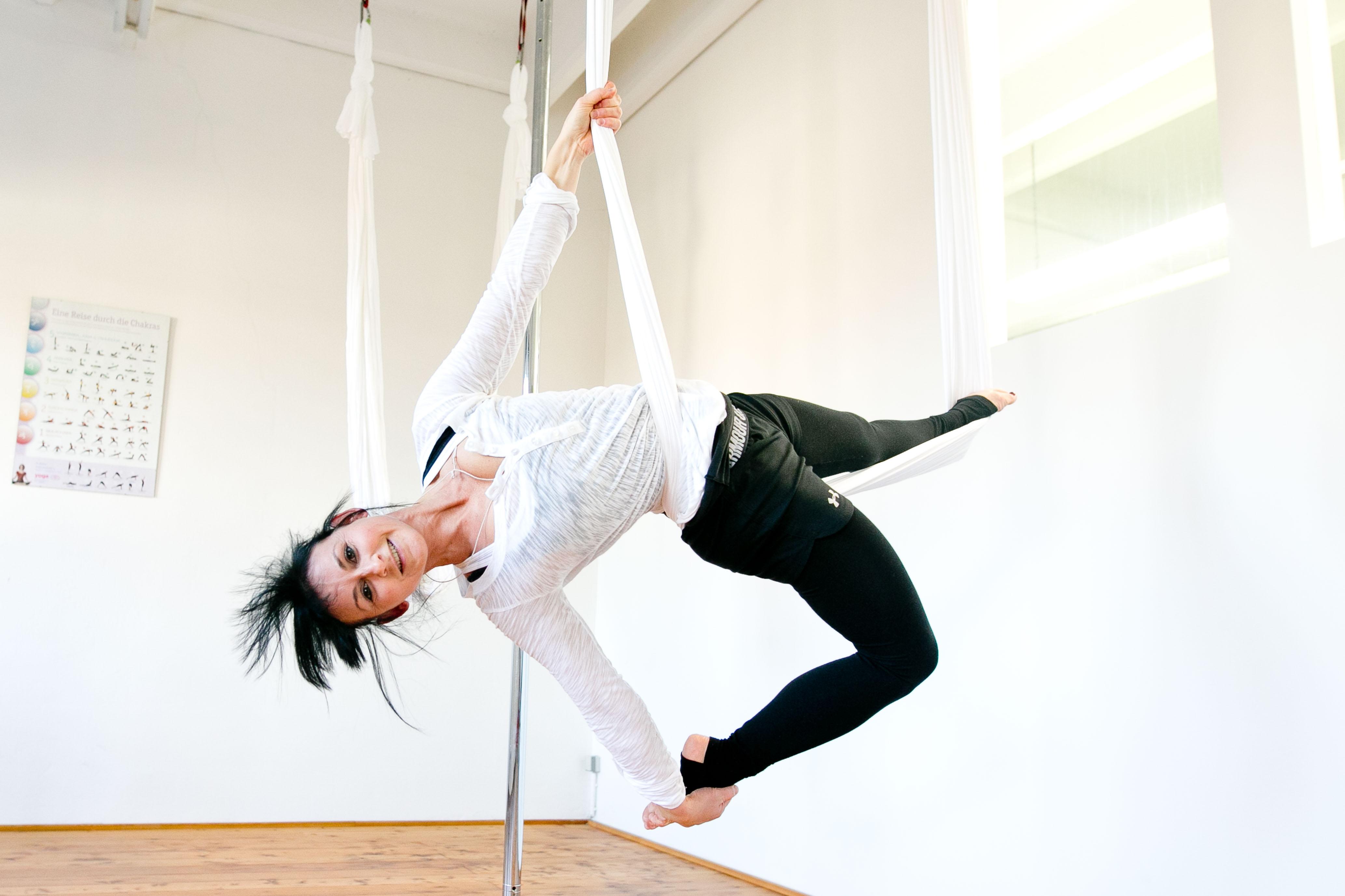 aerial yoga im in move probetraining. Black Bedroom Furniture Sets. Home Design Ideas